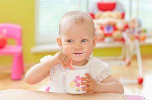 У годовалого ребенка после введения в рацион твердой пищи стул становится более плотным