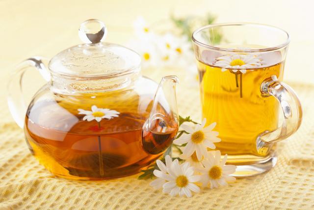 Если человек страдает от болей в животе, стоит принять ромашковый чай или настойку