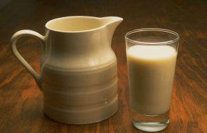 Если необходимо быстро восполнить запас кислоты, следует выпить стакан парного молока