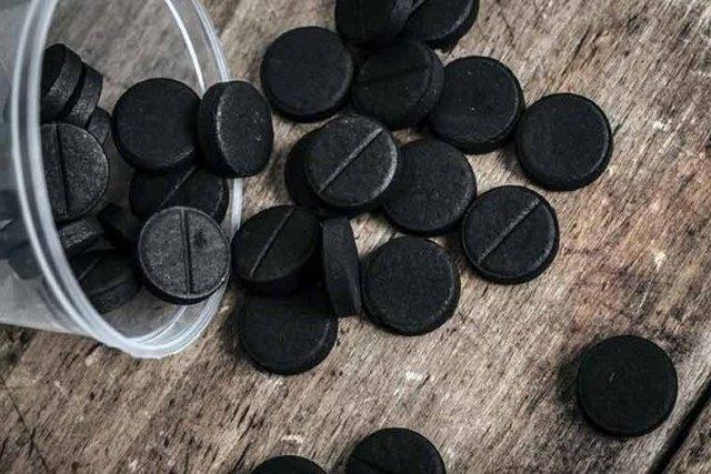 Активированный уголь поглощает газы в кишечнике и избавляет от урчания и метеоризма