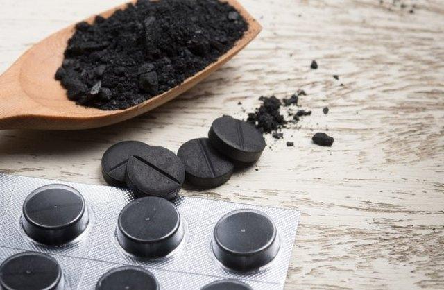 Избавиться от тошноты, вызванной отравлением, поможет активированный уголь