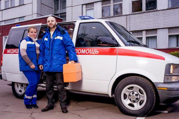 При острых коликах необходимо вызвать бригаду скорой помощи