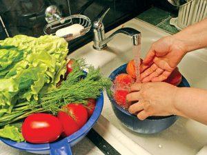 Плохо промытые овощи и фрукты - один из способов заражения паразитами