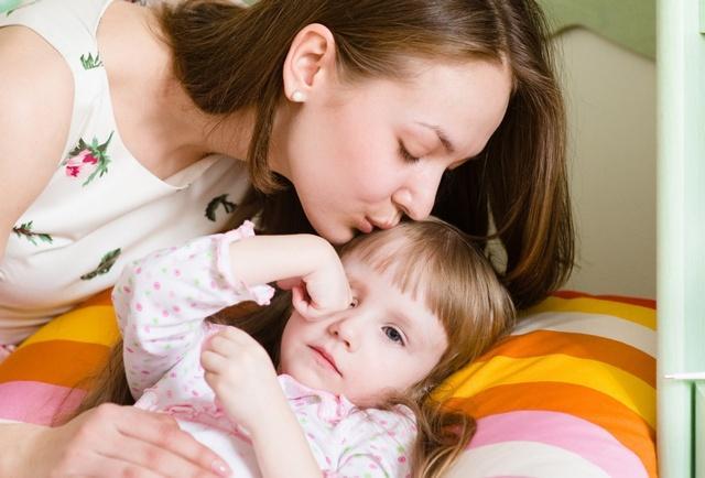 Родителям ни в коем случае нельзя надавливать на больное место или прогревать его