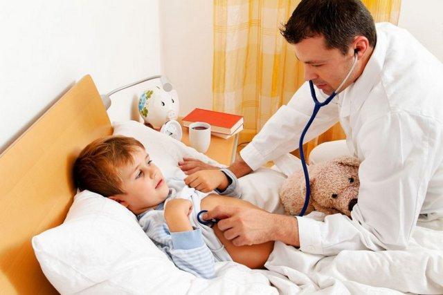 Нужно незамедлительно вызвать врача, если у ребенка возникли резкие боли и повысилась температура
