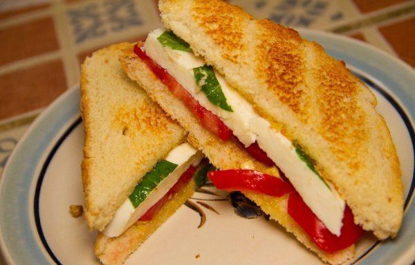 Бутерброды с моцареллой, перцем и шпинатом