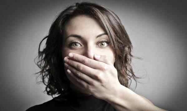 Если болит горло, постарайтесь не напрягать голосовые связки