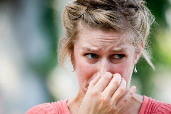 Горло может заболеть от запаха краски или табака