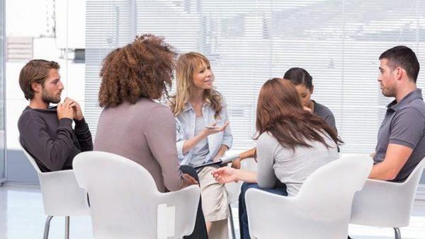 Многим пациентам помогает групповая психотерапия