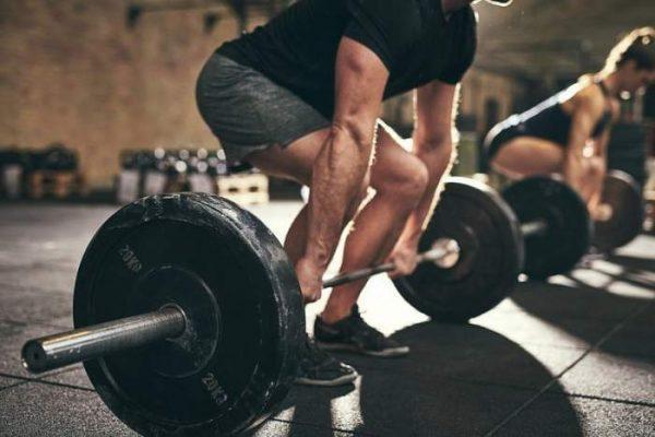 Поднятие тяжестей - еще одна из возможных причин появления паховой грыжи