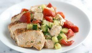 Вареная куриная грудка, овощной салат