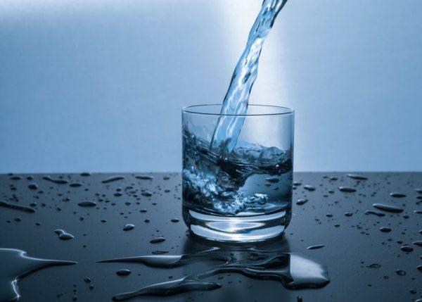 Важно пить до двух литров чистой воды, даже если нет чувства жажды