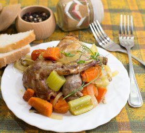 Запеченный кролик с овощами