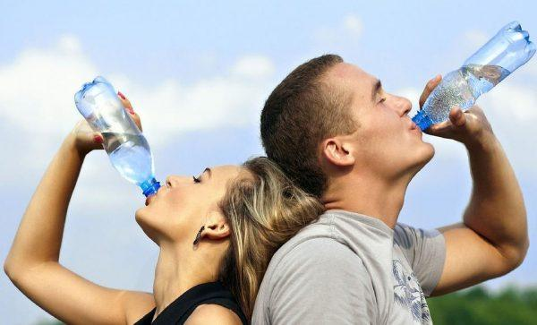 Лучший способ предотвратить обезвоживание — поставить на стол бутылку и каждый раз, когда взгляд упадёт на воду, делать глоток
