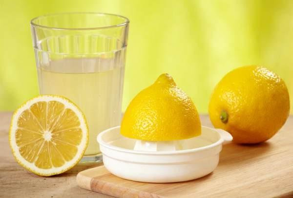 Напиток из лимонного сока, соды и соли