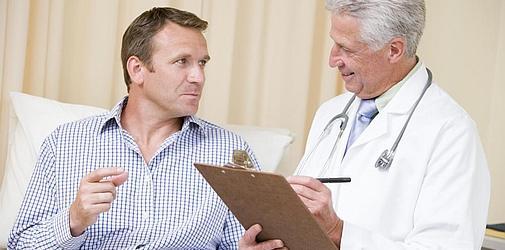Лечение алкоголизма лучше проводить под наблюдением врача, который сможет посоветовать курс в зависимости от имеющихся хронических заболеваний и патологий пациента