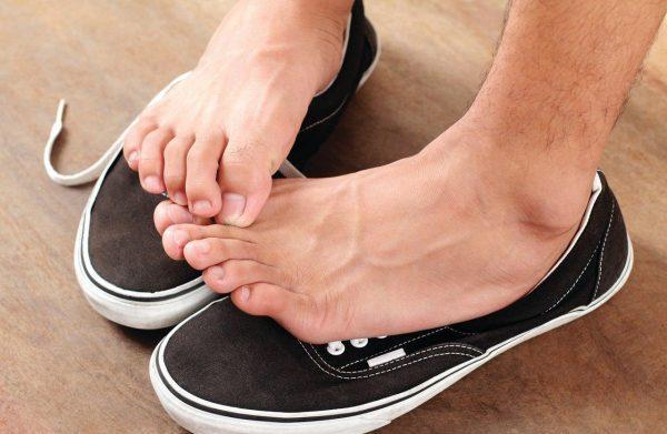 Грибок отлично себя чувствует в теплой и влажной среде, поэтому чаще всего инфекция появляется, когда вы слишком долго носите обувь, в которой ноги не имеют возможности дышать и потеют