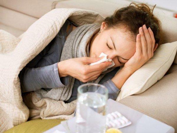 Насморк, слабость, повышение тмпературы тела - неотменные симптомы заболевания