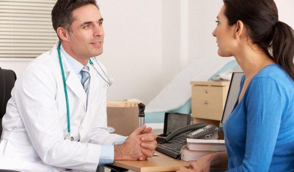 Врач проводит опрос пациента
