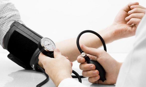 У гипертоников может наблюдаться обратимое повышение мочевой кислоты в крови