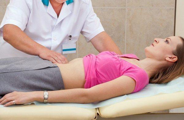 До уточнения диагноза пациенту нужно обеспечить горизонтальное положение и покой