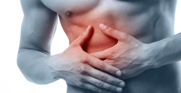 Одним из характерных симптомов является сильная боль в правом подреберье