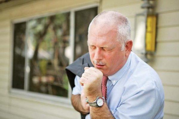 При поражении легких может беспокоить одышка и сухой кашель